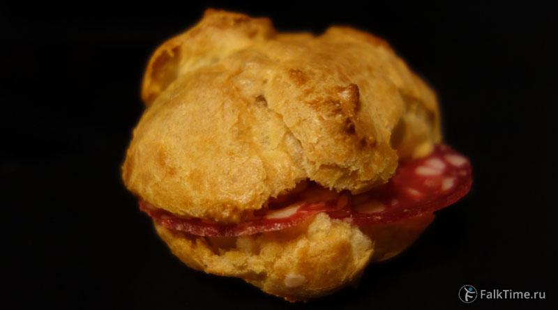 Бутерброд из булочки из заварного теста