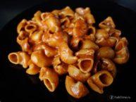 Рецепт рожков в томатном соусе с сыром
