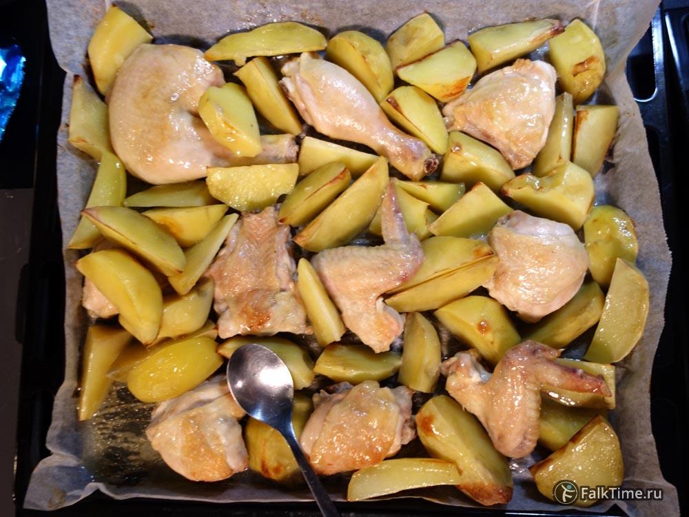 Курица с картошкой в процессе запекания