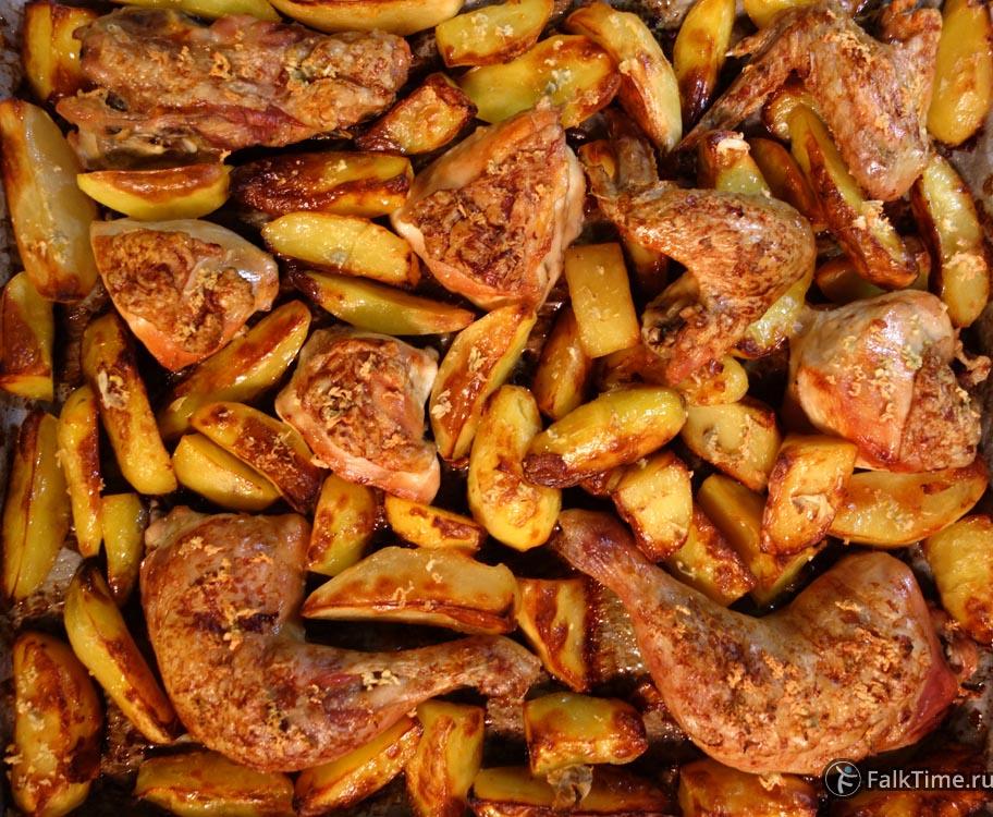 Противень курицы, запечённой с картофелем