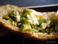 Пирожок с зелёным луком и яйцом, внутри