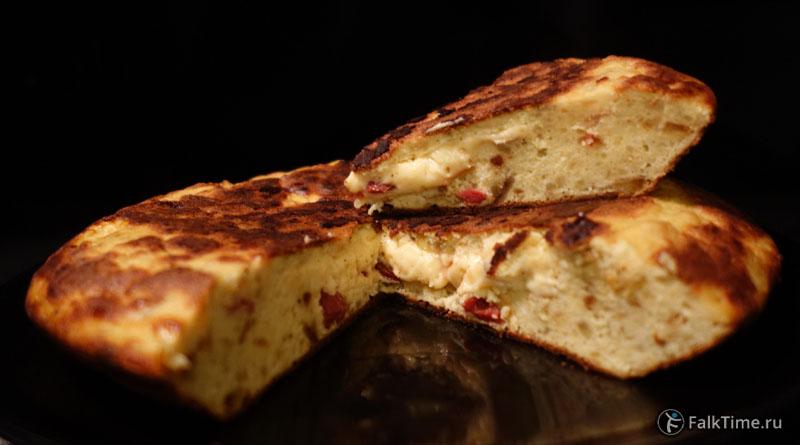 Картофельная тортилья с сыром и салями