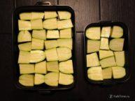Плотно выложите кабачки в форму
