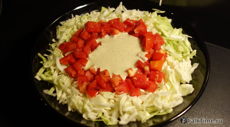Салат из капусты с чесночным соусом